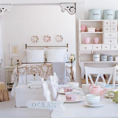 Cottage style tracey rapisardi style for Coastal cottage bedroom ideas